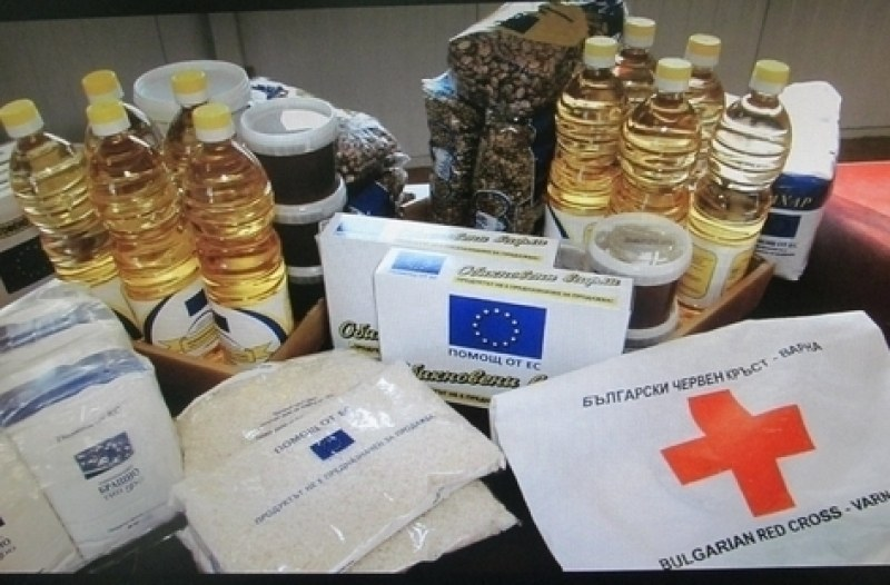 Българският червен кръст раздава хранителни продукти в Хисаря