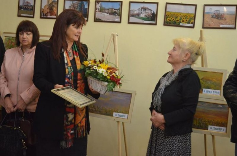 Лекар-художник направи голямо дарение на болницата в Първомай