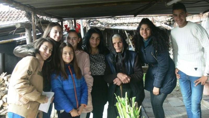Ученици трогнаха с подаръци възрастни хора в Калояновско