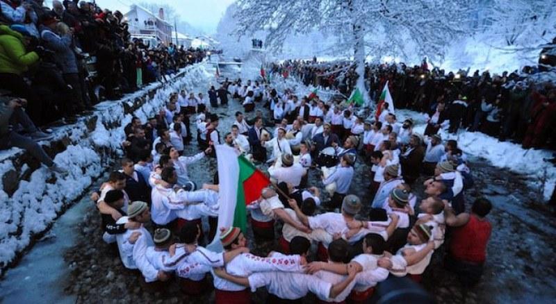 Повече от 200 години се играе мъжкото хоро в Калофер в ледените води на Тунджа
