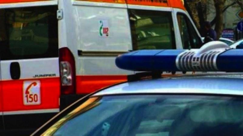 Тийнейджър без книжка катастрофира с мотор, кола се заби в дърво край Съединение