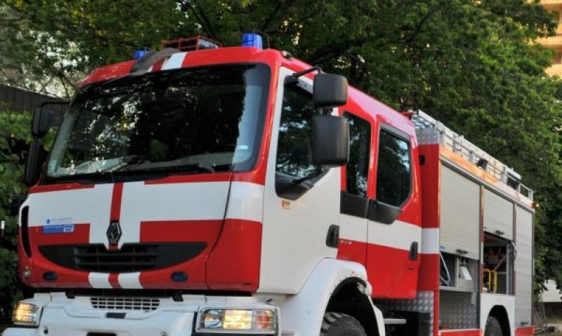 Пожар унищожи два влекача и три хладилни ремаркета край Пловдив, търсят виновен