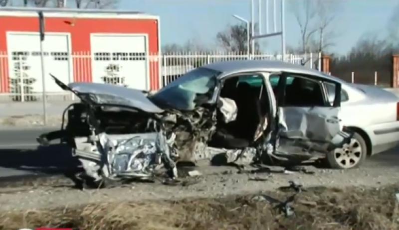 След челния удар със заспалия шофьор край Пловдив, пожарната рязала ламарини, за да извади пострадалия