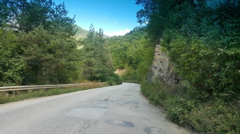 Затруднено движение по пътища край Кричим и Куклен, има опасност и от падащи камъни
