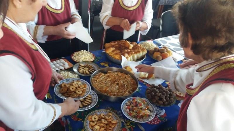 Пенсионерите в Стамболийски празнуват събития с водещ и богати трапези