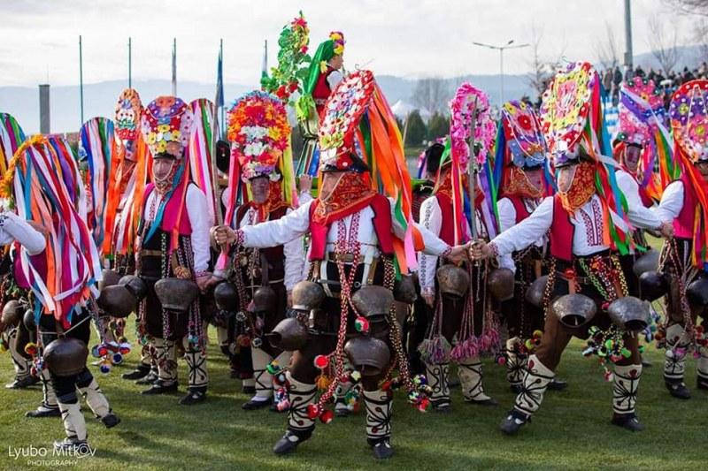 Браво! Кукери от Климент грабнаха второ място на най-големия фестивал в България
