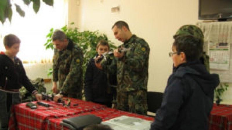 Ученици от Брезово се учат да стрелят под ръководството на истински военни