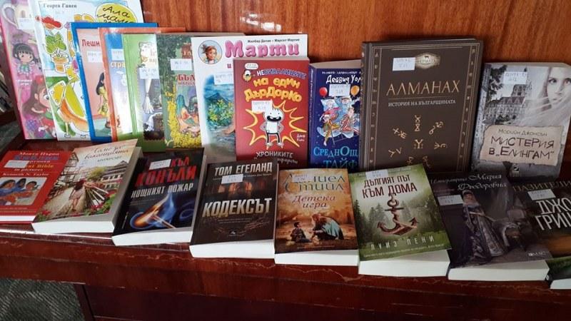 Нови книги радват читателите в Сопот благодарение на Коледния базар