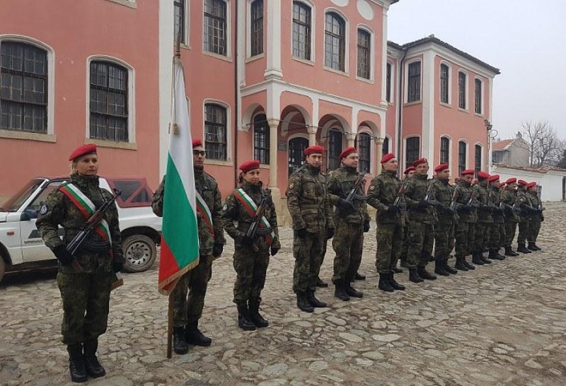 С венци и военни маршове Карлово почете годишнината на първия градски съвет