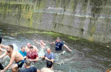 Мъжки рожби, здраве и берекет си пожелаха смелчаците в ледените води на река Перущинска