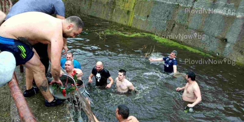Младоженци и кумове скочиха смело в ледената вода на Къпанките в Перущица