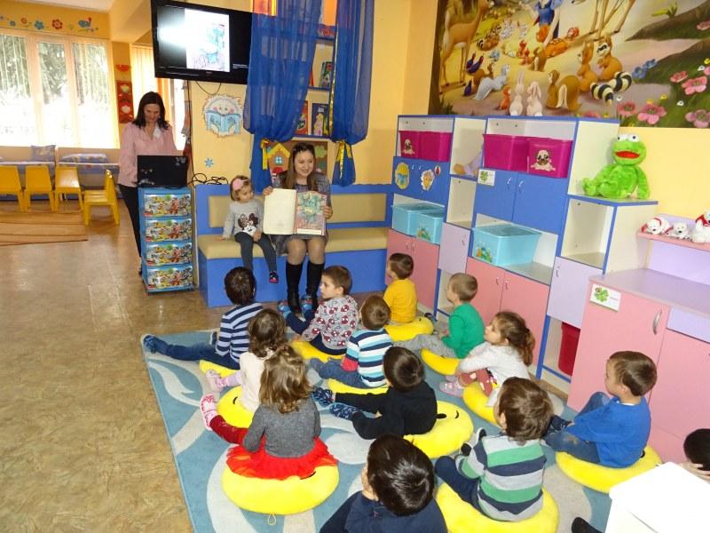 """Единствено в детска градина """"Бреза"""" в Пловдив: Родители четат утринни приказки"""