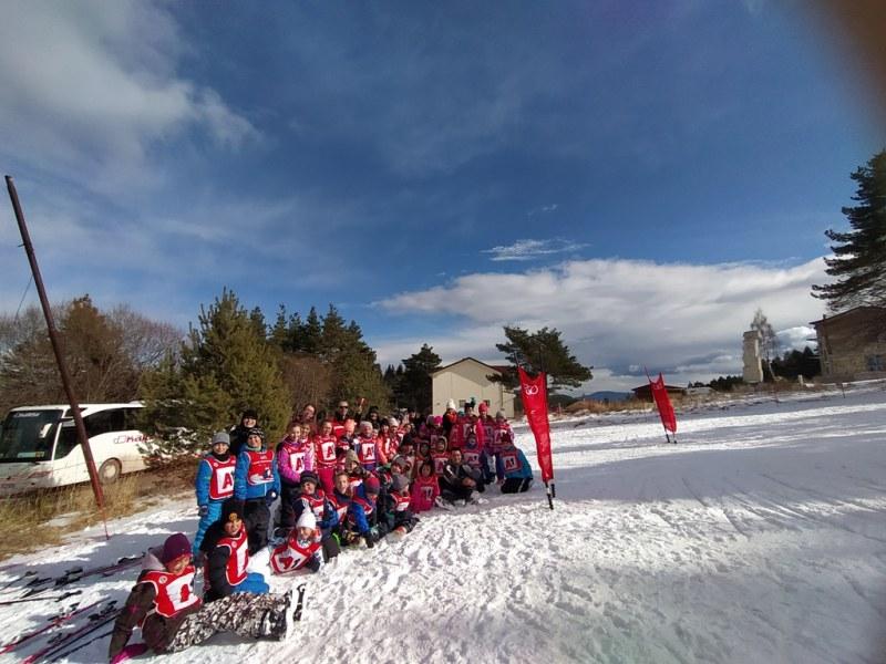 Бяло приключение изживяха деца на снежна писта край Куклен