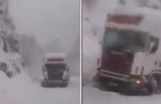 Десетки тирове попаднаха в снежен капан на пътя Кричим-Девин