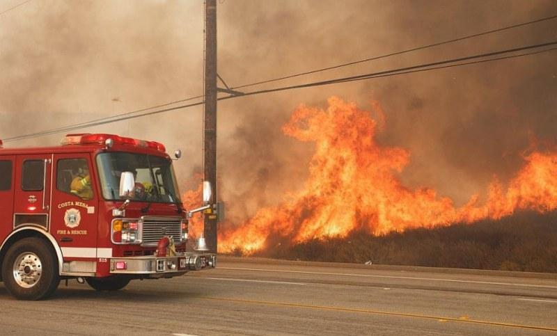 Пожар пламна край Съединение, два екипа огнеборци гасят