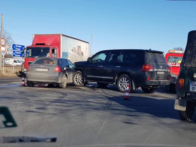 Катастрофа на Карловско шосе, кола и джип се помляха