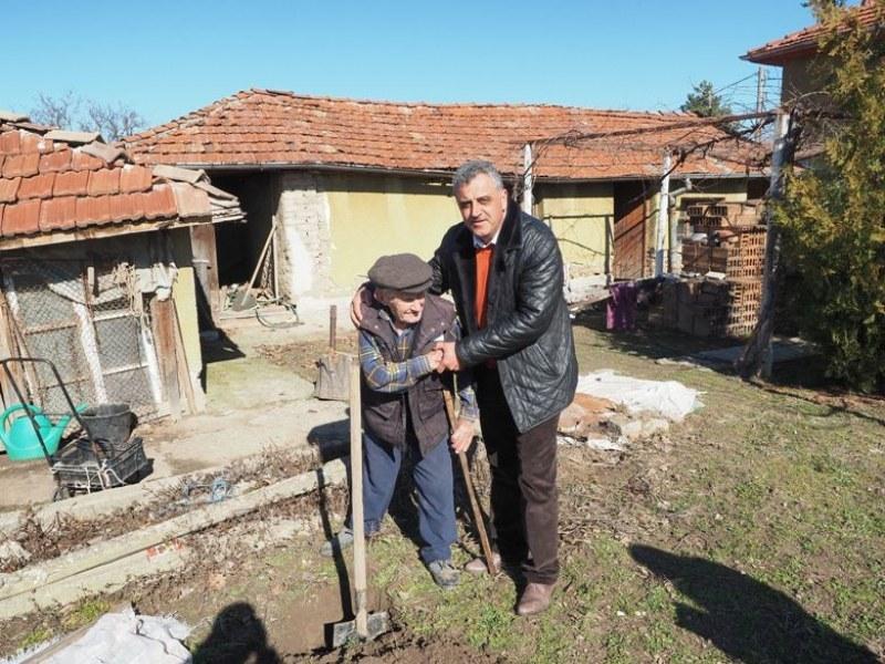 107-годишният дядо Георги сади череша в село Бенковски и се грижи сам за насажденията в двора