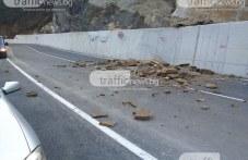 Огромните скални късове се изсипаха на ремонтирания път Кричим – Михалково