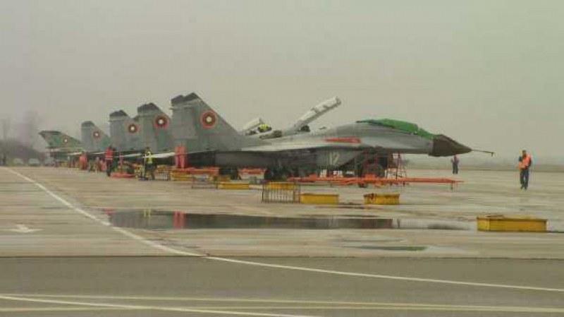 Летци от базата в Граф Игнатиево се подготвят за изтребителите F-16, ще ходят в САЩ
