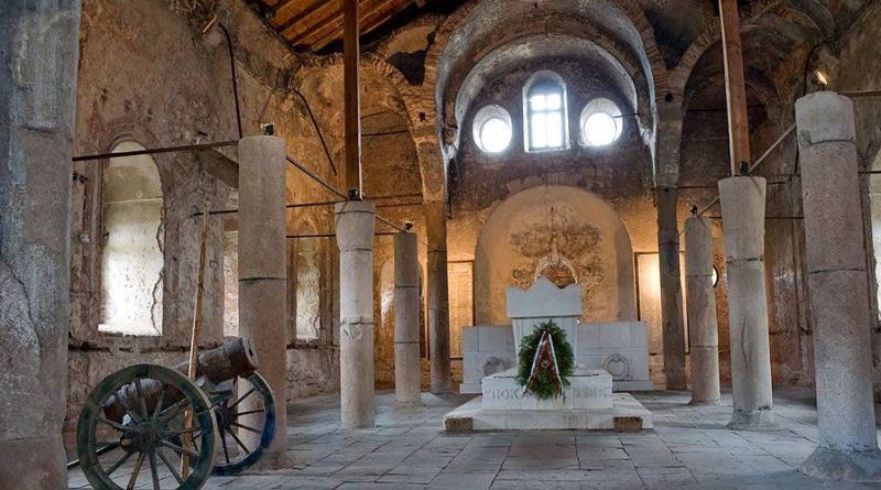 """Ремонтират покрива на историческата църква """"Свети Архангел Михаил"""" в Перущица"""