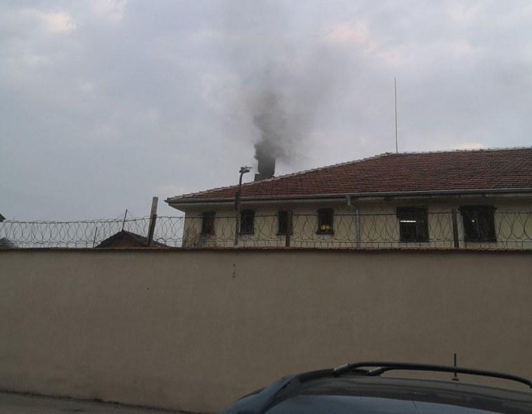 Какво горят в пещите на пловдивския затвор? Хората се чудят и не могат да дишат