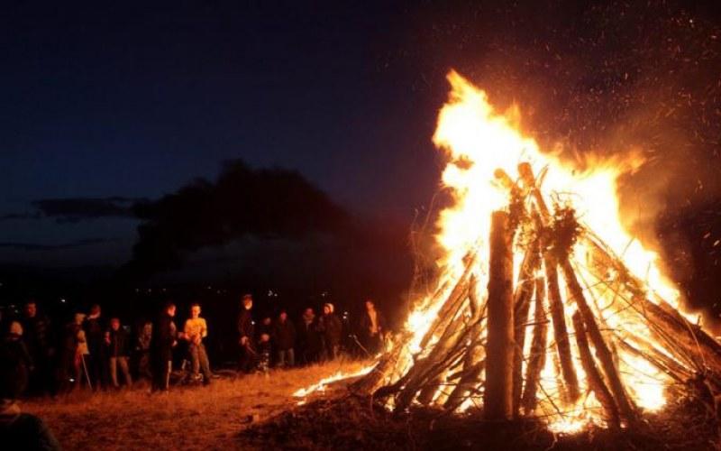 Триметрова купа хвойна ще озари площада в пловдивското село Дедево за Месни заговезни