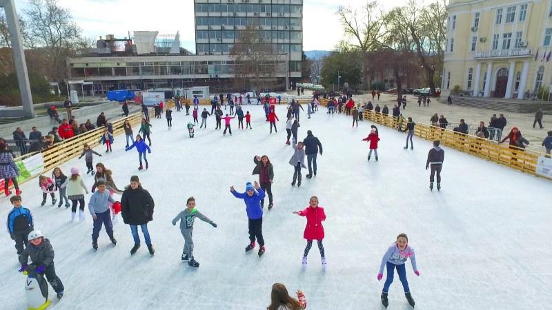 Махат ледената пързалка в центъра на Пловдив! Сваляме кънките до следващия сезон