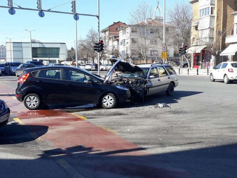 Катастрофа в центъра на Пловдив, два форда се потрошиха