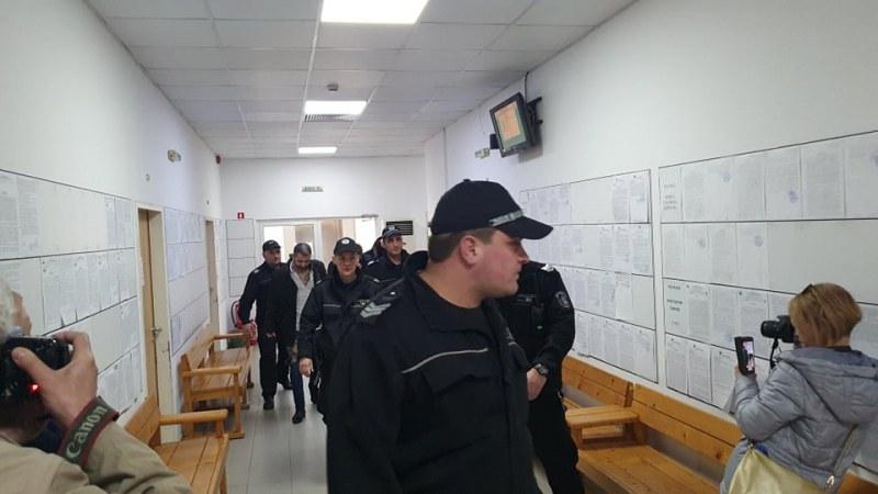 Шефове и сводници на еротичен клуб в Пловдив пристигнаха с белезници в съда