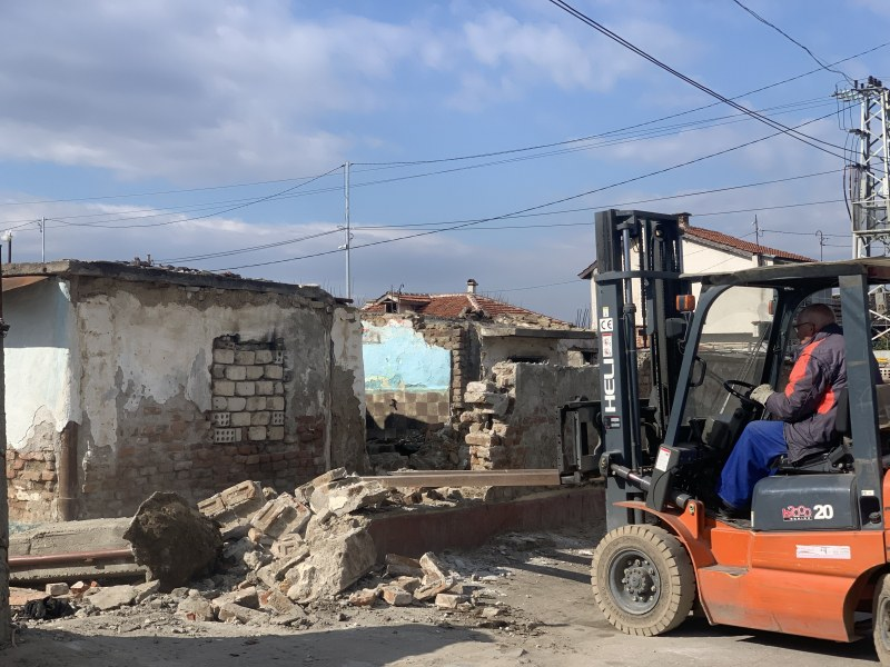Събориха ромските бараки, сеещи зарази, край сладкарския цех в Кадиево