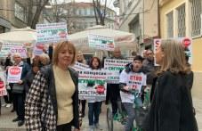 """Десетки излязоха на протест пред община """"Родопи""""! Манолова и Каназирева също пристигнаха"""