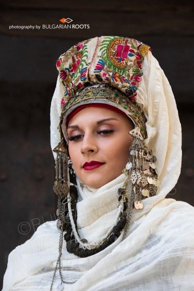Красотата на българската носия разцъфтява около фонтана Деметра в Цар-Симеонова градина