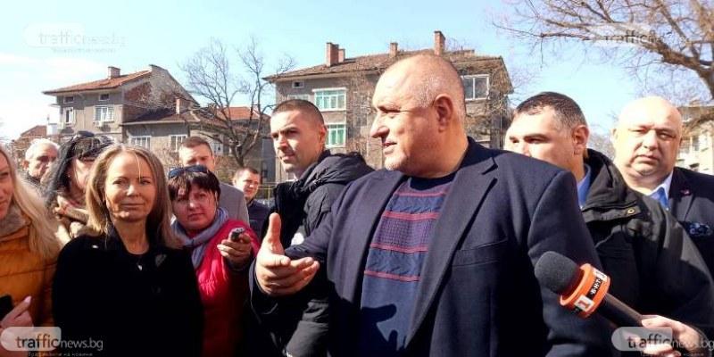 """С мартеници и аплодисменти посрещнаха Премиера Борисов в пловдивското СОУ """"Найден Геров"""""""
