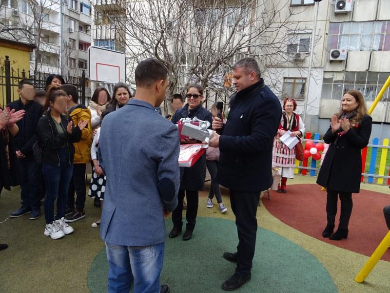 Подаръци от събрани и предадени капачки за децата от социална институция в Пловдив