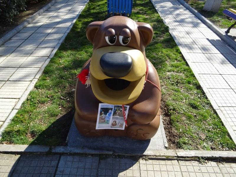 Забавно кошче за боклук зарадва дечицата в пловдивски парк