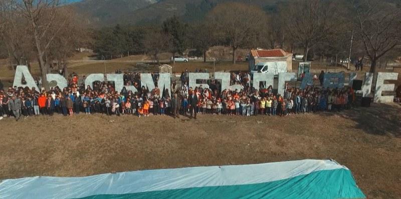"""150 деца от рецитираха заедно """"Аз съм българче"""" в града на Вазов"""