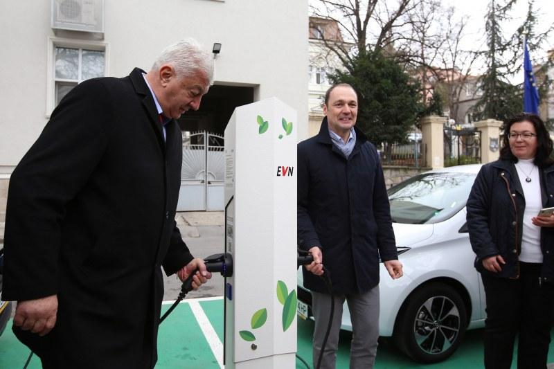 Инсталираха три зарядни станции за електромобили в Пловдив, засега са безплатни