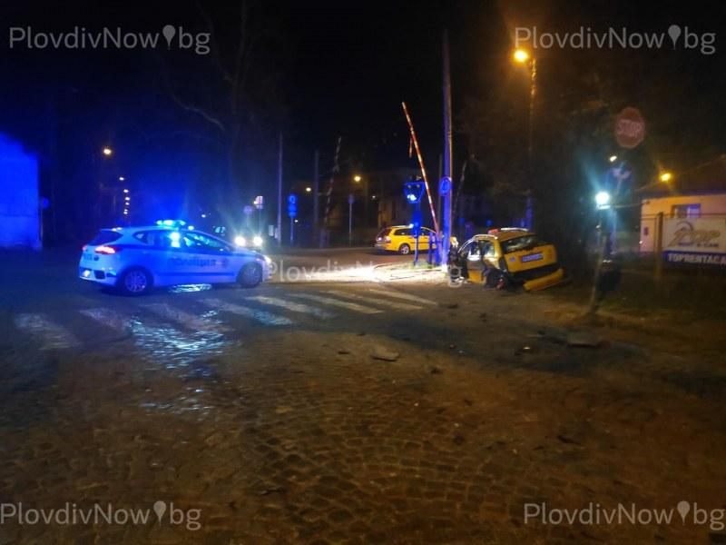 Млад шофьор виновен за катастрофа с такси в Смирненски, не спазил знак