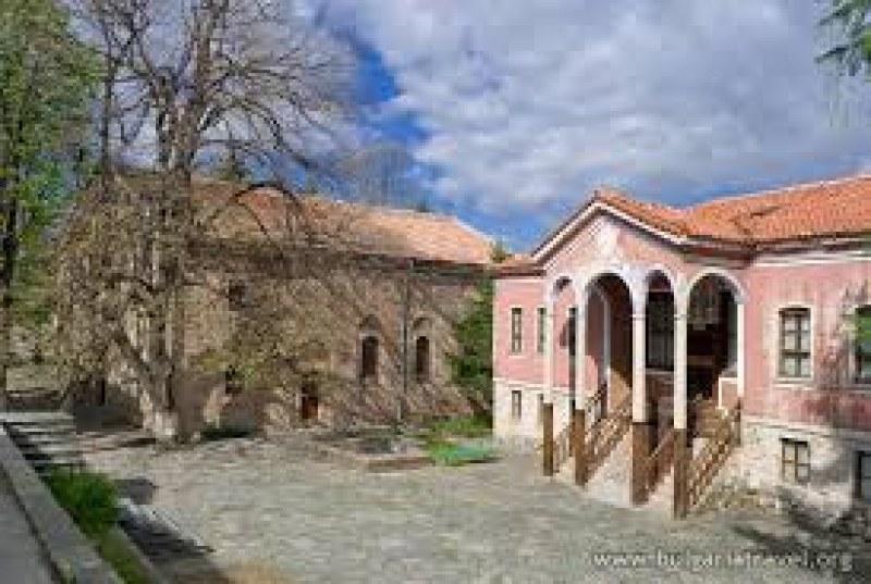 Нови ограничителни мерки в Перущица, отвориха и телефонна линия за помощ