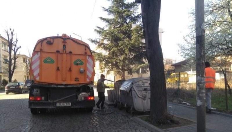Дезинфекцират спирки и контейнери в Карлово, има препоръки и към домоуправителите