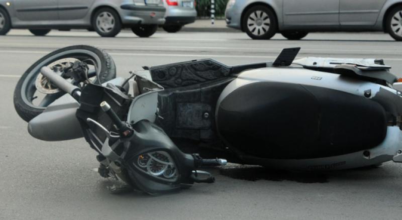 Пиян моторист катастрофира в Асеновград, заби се в знак