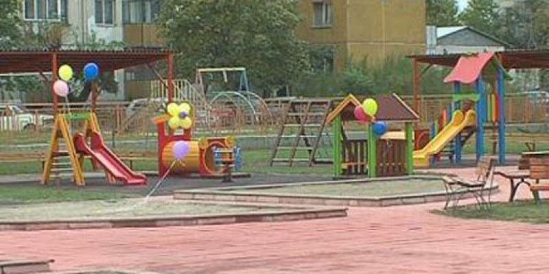 Дезинфекцират детските площадки в Асеновград