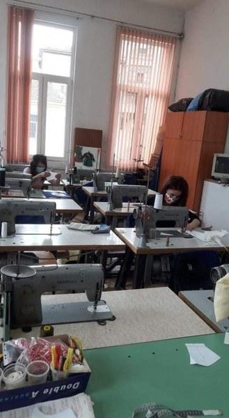 Учителки от Асеновград шият маски за колеги, които работят с деца без интернет