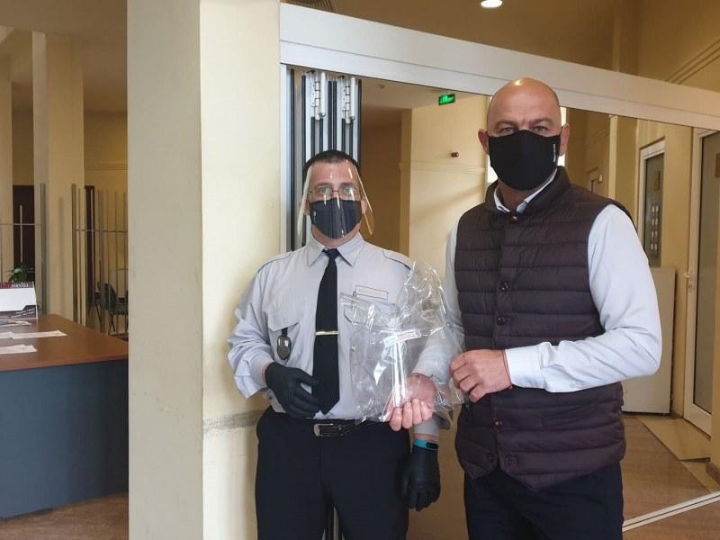 """Служители в кметство """"Тракия"""" с предпазни шлемове"""