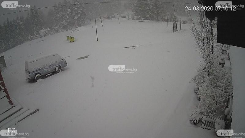 Зимата се върна! Сняг покри Брезовско и Родопите