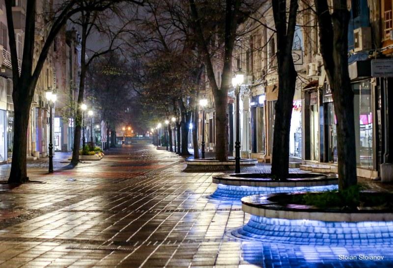 Нощният чар на самотния Пловдив: Градът е прекрасен, но хората ги няма! ФОТОГАЛЕРИЯ