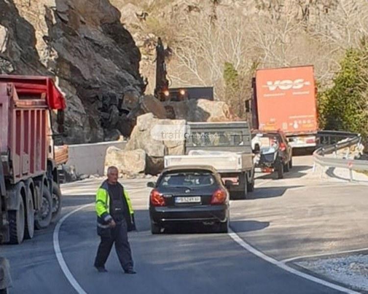 Пътят Кричим - Девин все още е непроходим