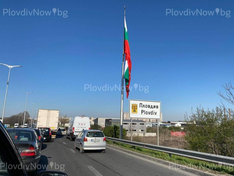 Дълга опашка от автомобили се изви на едно от КПП-тата в Пловдив