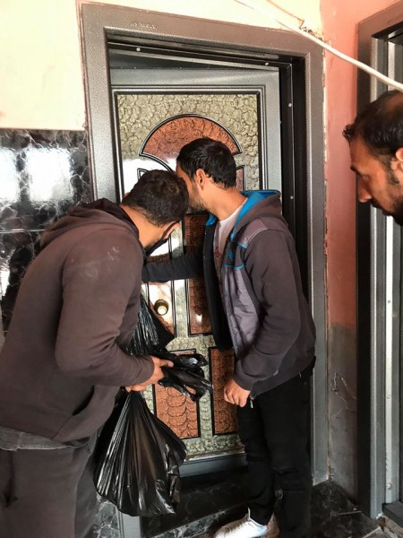 """200 семейства от """"Столипиново"""" получиха пакети с храна от БЧК и Общината"""