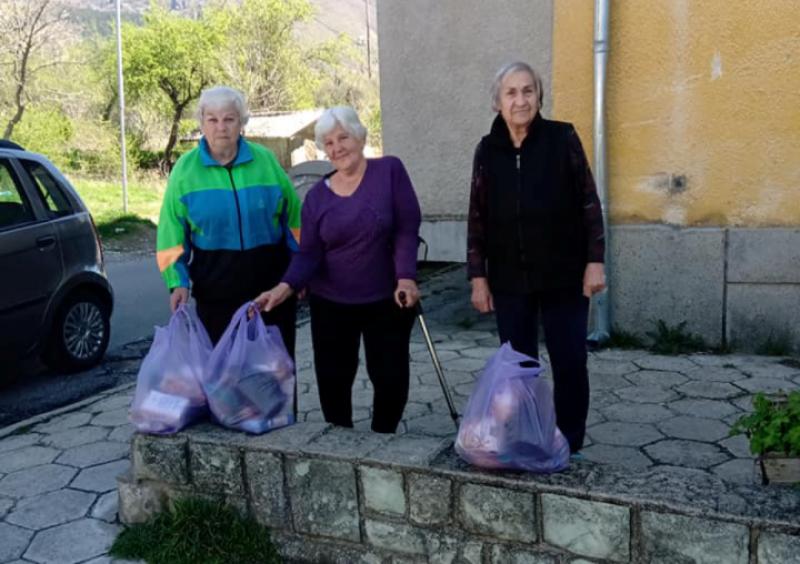 Пакети с продукти зарадваха възрастни и самотни хора в Сопот